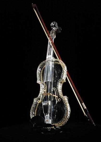 Cây violin thủy tinh này gắn liền với tên tuổi của Ikuko Kawai.(Ảnh: luxury-insider)